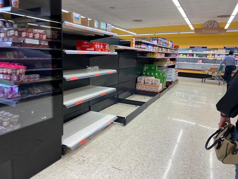Estantes vacíos en numerosos supermercados de la provincia.