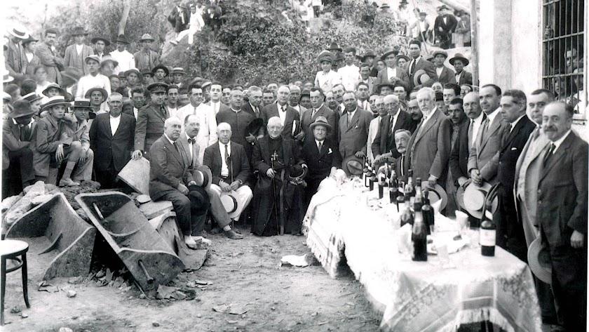 Asistentes a la inauguración del pozo de Zamarula en Benahadux, con el obispo, empresarios y terratenientes de la época, en julio de 1927.