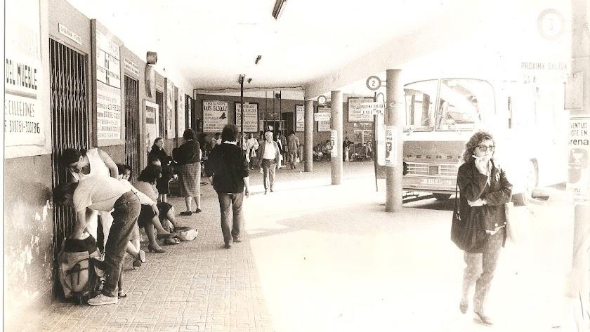 El andén de la vieja estación de autobuses en una imagen de los años 80. Se inauguró en 1955 y se cerró en 2000.