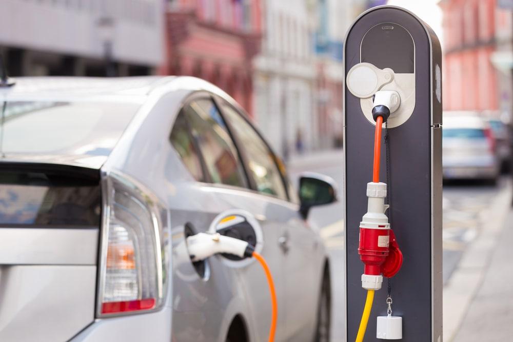 Carro híbrido plug-in sendo carregado em um posto comercial (Fonte da imagem: Shutterstock)