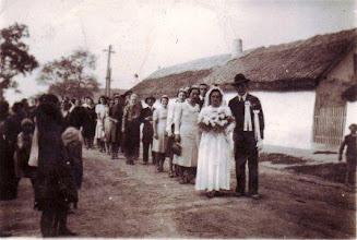 Photo: Bödők Mariska (1905-1977) esküvője, 1941 vőlegény Mészáros Kálmán  Esküvői menet az Árokháton, a kaszárnyában levő községi hivatalba vőfély Bödők Géza, 1.koszorúslány Papp Hermina