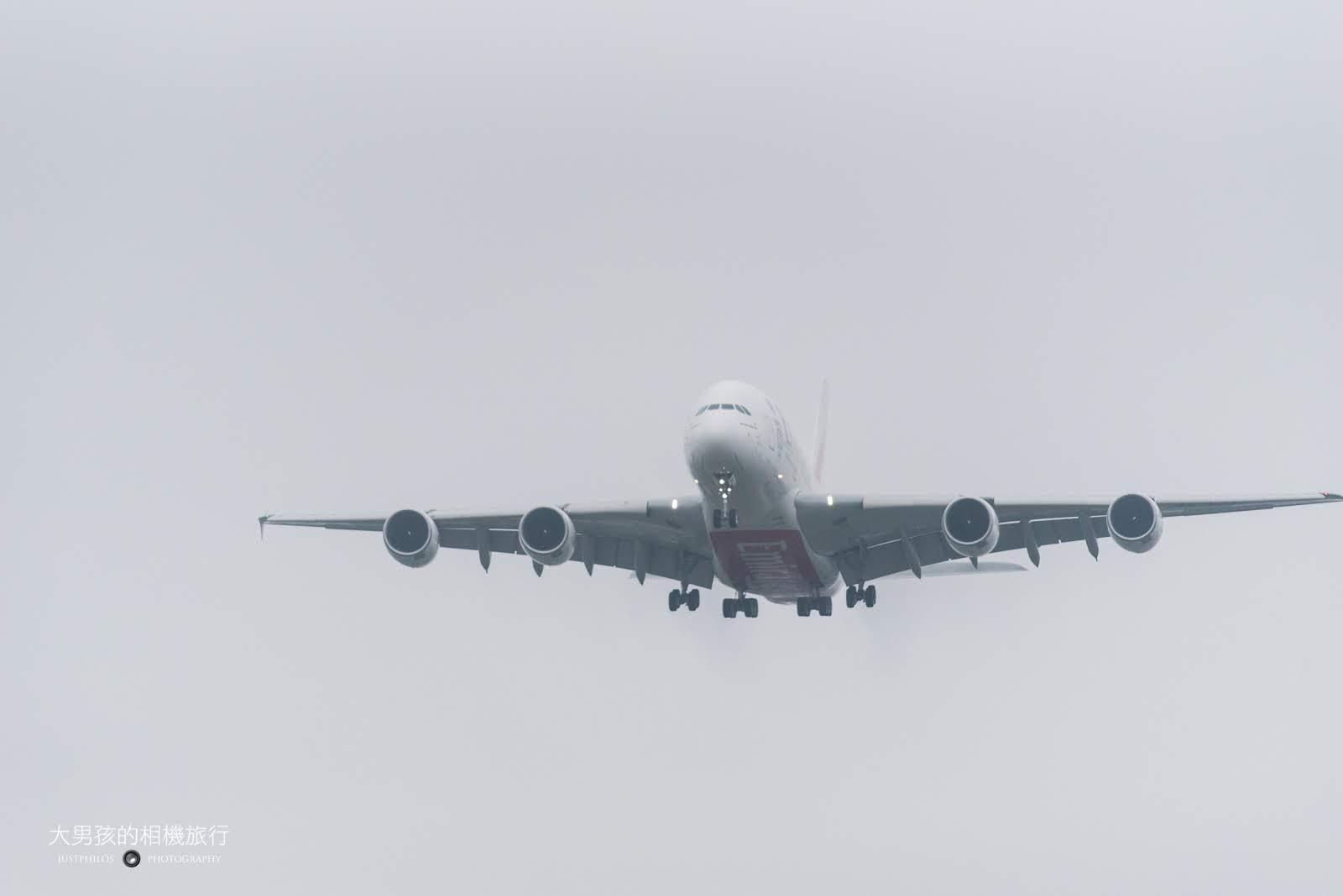 從第三航廈咖啡廳可以近距離體驗A380巨無霸客機從頭上呼嘯而過的震撼感。