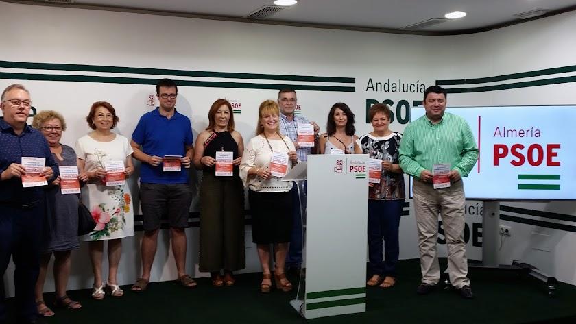 Alcaldes y concejales de municipios de Nacimiento, junto a Adela Segura, sostienen un folleto en el que se pide más guardias civiles.