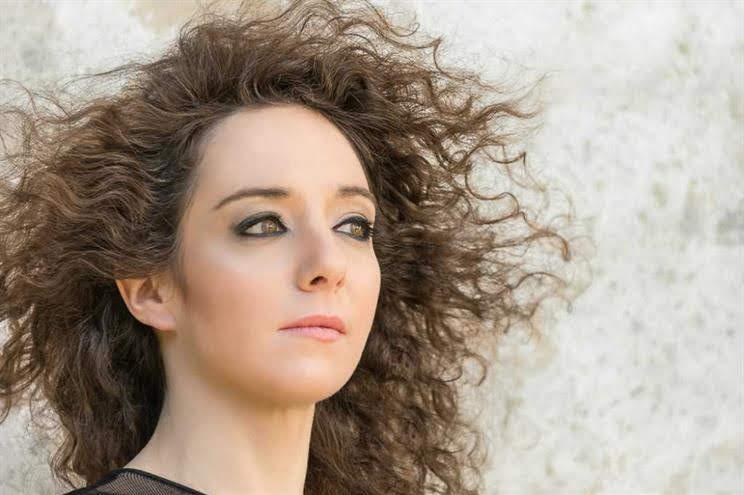 """Helena Sarmento apresenta """"Lonjura"""" ao vivo na redação do JN"""