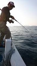 Photo: 「船長!キタっすよ!ちゃんと撮って下さいよ!」 ・・・集中して釣らんかいっ!