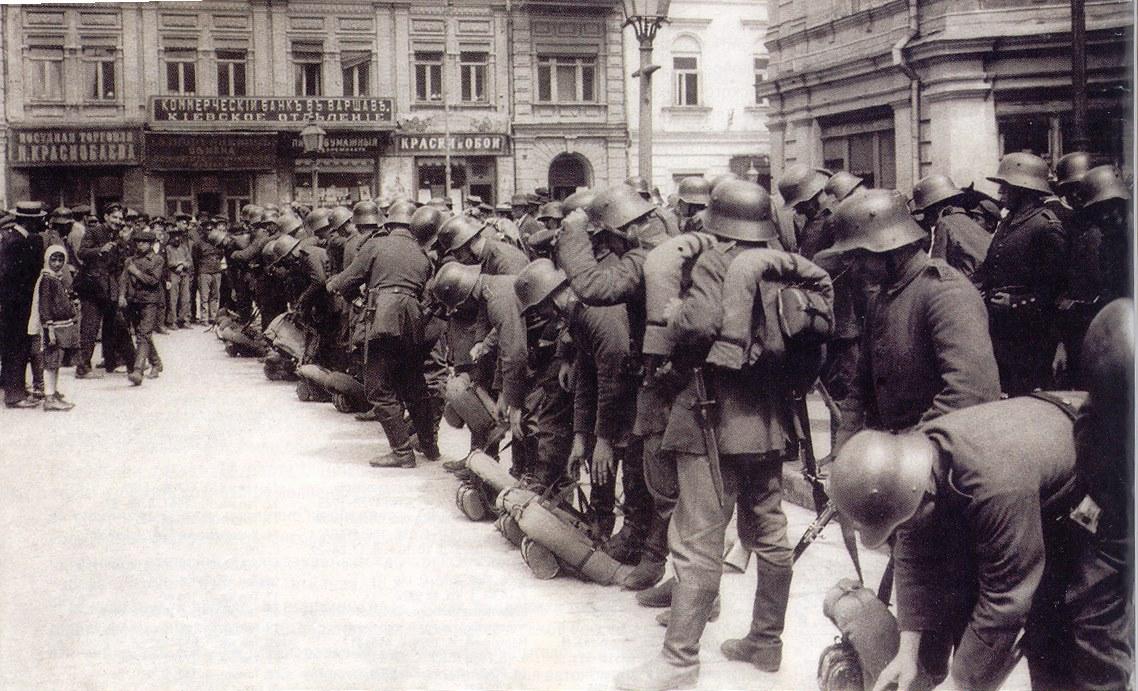 Німецькі військовики готуються до заступання на варту в Києві. Весна 1918-го