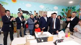 Autoridades políticas visitando la Asociación de personas con discapacidad de Olula del Río.