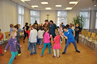 """Photo: Verschiedene Begrüßungsarten machten den Beginn bei unserer heutigen Begegnung. 33 Kinder folgten der Einladung zum """"Kinder-Bibel-Fest"""" mit dem Thema """"Gleichnis vom Senfkorn""""."""