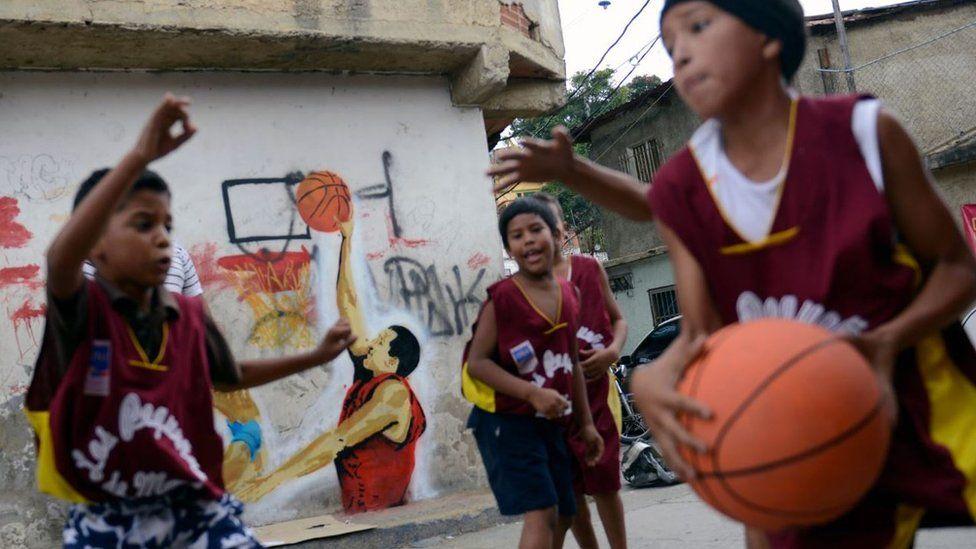 Niños jugando baloncesto