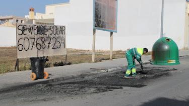 Operarios del servicio de limpieza retirando los restos de cenizas de los contenedores calcinados.