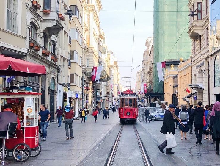 トルコ・イスタンブール新市街・イスティクラル通りを一望できるカフェ「カリボー・コーヒー」