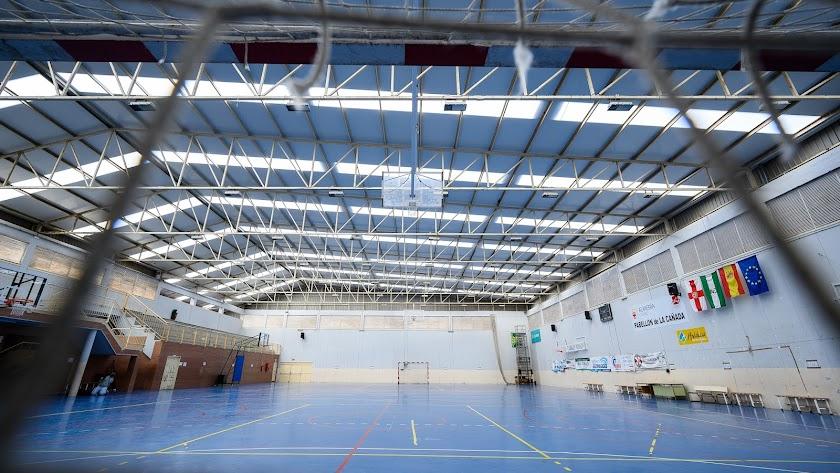 El Ayuntamiento renueva la cubierta del pabellón deportivo del colegio San Indalecio de La Cañada con más de 64.000 euros de inversión.