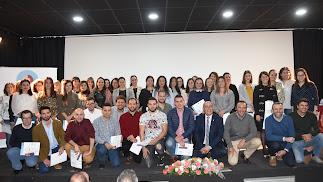 Foto de familia de participantes en el programa y concejales.