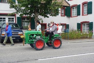 Photo: Bärtiger mit altem Tarktor