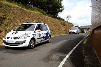 Photo: Como en los rallyes, la caravana de seguridad con la policía a la cabeza y los coches de la federación detrás