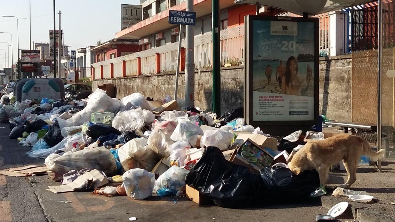 Cumuli di rifiuti a Scampia