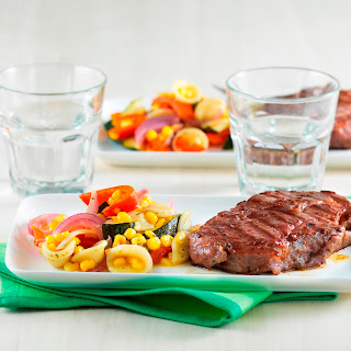 Gegrillte Steaks auf gebratenem Sommergemüse