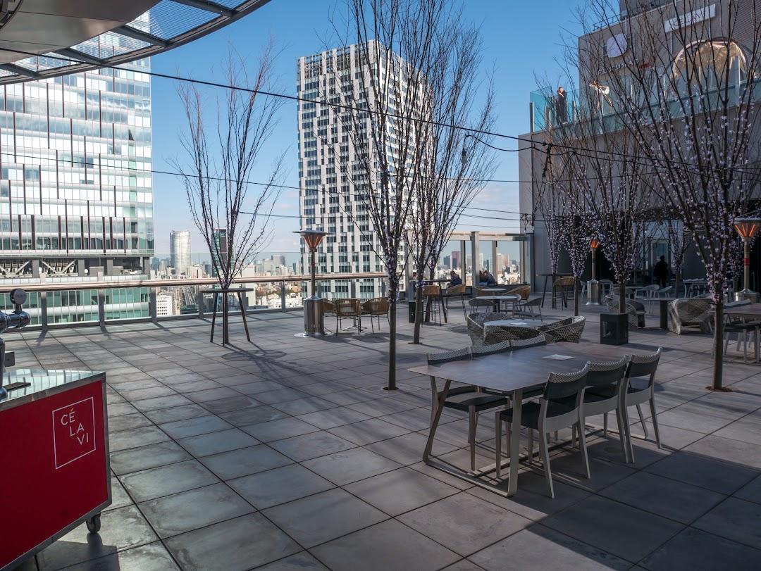 SHIBU NIWAのテーブルとベンチ