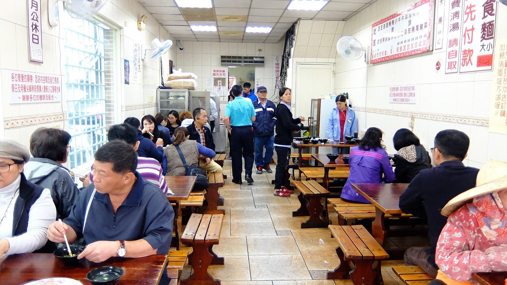 生意真的不賴,中午時間就滿滿客人,且陸陸續續都有人進出,還好翻桌率快,稍微等一下都有位子可坐...