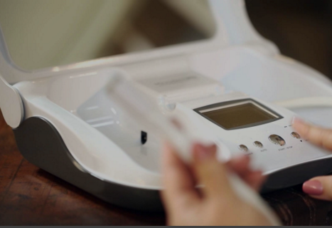 WOMAN USING THE MICRODERMMD AT HOME