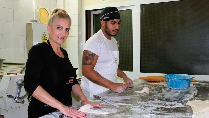 Loli Salas y el pastelero Andrés Angulo, elaborando con la masa hecha a mano los populares cruasanes de chocolate.