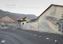 rij muren langs een weg waarvan openingen dichtgemetseld zijn