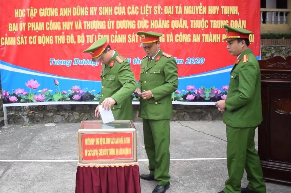 CBCS Công an huyện Tương Dương quyên góp chia sẻ những đau thương, mất mát đối với gia đình 3 đồng chí đã hi sinh - Ảnh: Hải Việt
