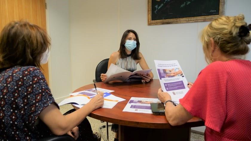 Carmen Belén López y técnicos analizando convocatoria.