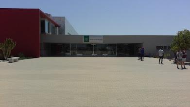 Acceso principal al Hospital El Toyo.