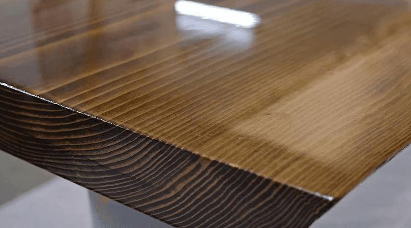 Drewniany blat stołu pokryty żywicą epoksydową