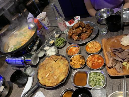 韓式炸雞,燒肉,海鮮煎餅和火鍋(湯頭很棒)等都非常好吃。 多人一起用餐,可以吃到很多種不一樣料理,感覺很棒。(兩個人用餐會沒有辦法點很多😂會過飽)