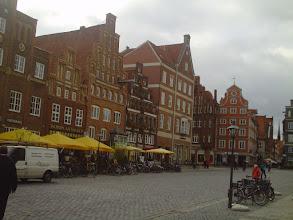Photo: Hier führt der Weg zu einem interessanten Renaissance-Haus, dessen Zierrat mich an Schloß Horst und an Wismar erinnerte.