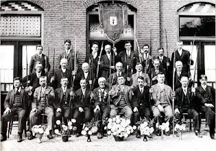 Photo: 1920 Handboogschutterij 'Geen Moed Verloren ' voor café Het Schuttershof Haagweg 44 (Voorstraat 10)