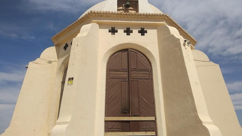 Las puertas de la ermita de Torregarcía, bloqueadas tras el último acto vandálico.