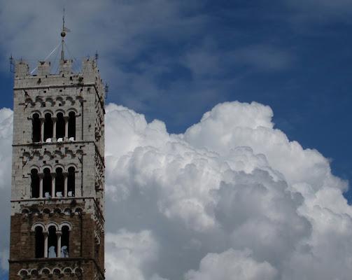 Il campanile svetta sopra le nuvole di Giorgio Lucca