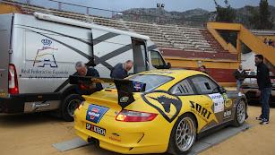 Manuel verificando su Porsche en la edición del año pasado