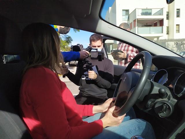 La actriz Oti Manzano en el coche y fuera Pablo Miralles y David del Águila.
