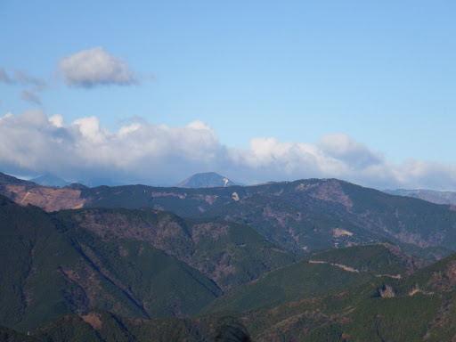 奥に朝日岳、手前右に三ツ峰