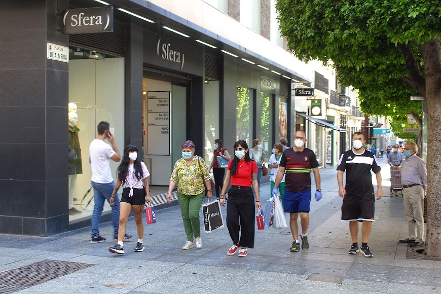 Las mascarilla también se impone en el centro de la ciudad.
