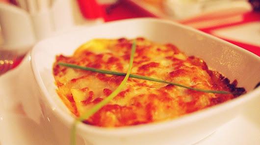 Comienza el fin de semana con una lasaña de verduras y carne y brocheta de fruta
