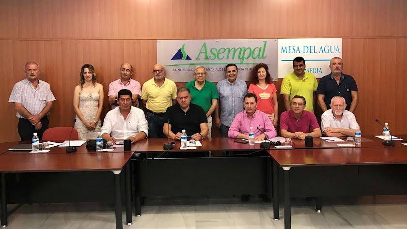 Asistentes a la reunión de la Mesa del Agua celebrada ayer