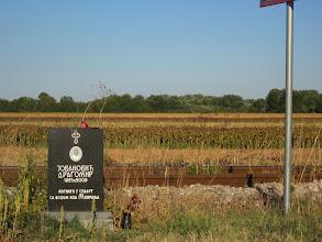 Photo: une des nombreuses plaques funéraires jalonnant la route. presque une chaque deux km.