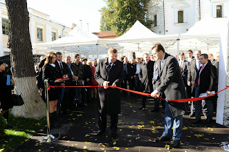 Photo: The ceremonial opening of the university as Vice Prime Minister Kostiantyn Gryshchenko cuts the ribbon.