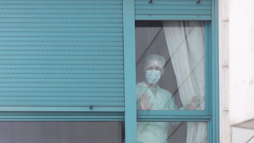 Tres geriátricos de Almería mantienen brotes activos entre sus residentes y trabajadores.