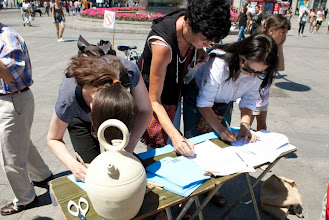 Photo: Recogiendo firmas en Sol.