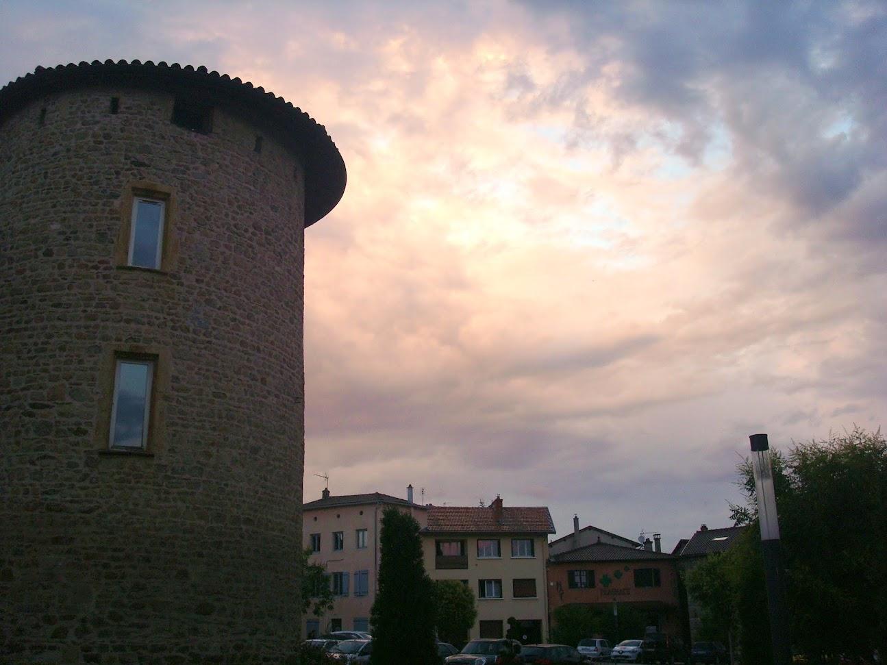 Brindas, la tour, ciel fougueux