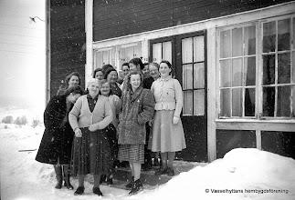 Photo: Gruppfoto. Vasselhyttedamer på 1940-talet. 1. Elsa Östlund, 2. Edit Andersson Vretstorp , 3. Ada Gustavsson, 4. okänd, 5. Linnéa Södervall, 6. Elwa Carlsson, 7. Anna Jansson, 8. okänd, 9. Hildur Andersson, 10. Ester Persson, 11. Margareta Larsson Bengtsberg, 12. okänd, 13. Hanna Fahlgren
