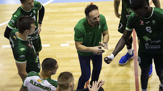 Manolo Berenguel da instrucciones a sus jugadores.