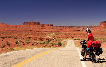 Photo: Une route qui semble se dérouler à l'infini. Et il fait chaud, chaud!