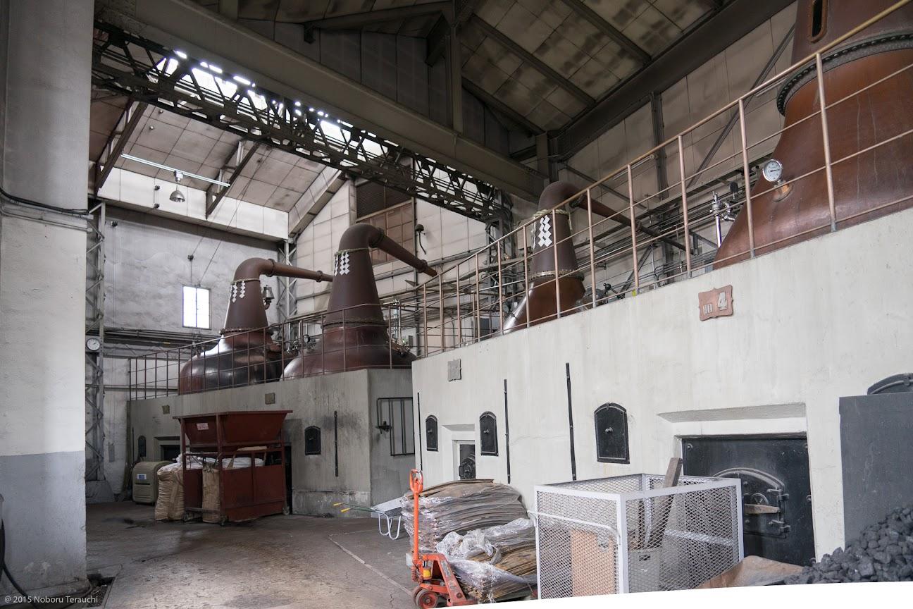 単式蒸溜器(ポットスチル)が並ぶ蒸溜棟